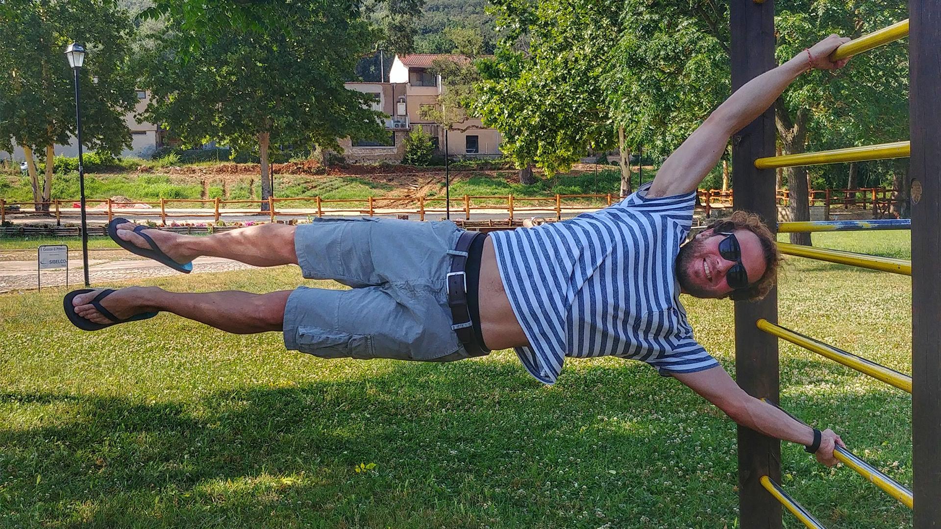 Ragazzo fa esercizi al parco